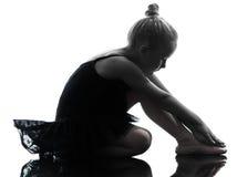Una siluetta di dancing del ballerino di balletto della ballerina della bambina Fotografia Stock