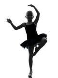 Una siluetta di dancing del ballerino di balletto della ballerina della bambina Fotografie Stock