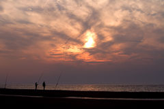 Una siluetta di due pescatori Fotografie Stock