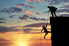 Una siluetta di due scalatori Fotografia Stock Libera da Diritti