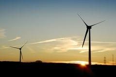 Una siluetta di due turbine di vento all'alba. Il Regno Unito Fotografia Stock