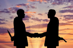 Una siluetta di due uomini d'affari che stringono le mani Immagine Stock