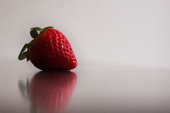Una singola, fragola rossa e organica Fotografia Stock