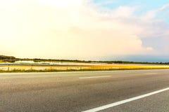 Una singola traccia leggera con cielo blu scenico Fotografia Stock