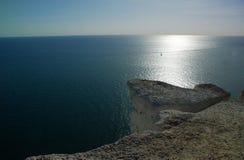 Una singola vela sul mare, Inghilterra del sud, Regno Unito immagini stock libere da diritti