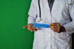 Una situación del doctor, lleva a cabo el texto del papel de la curación de la prevención en fondo verde Concepto médico y de la  imagen de archivo