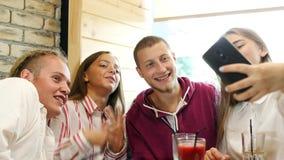 Una società di divertimento degli amici fa il selfie in pizzeria stock footage