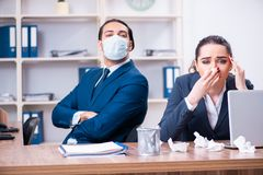 Una sofferenza dei due impiegati nel luogo di lavoro immagine stock libera da diritti