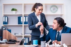 Una sofferenza dei due impiegati nel luogo di lavoro fotografie stock