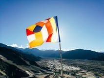 Una sola bandera budista del rezo en seis colores que agitan en la región de la montaña contra la luz del sol Fotografía de archivo