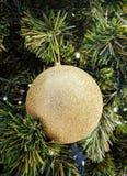 Una sola bola de oro para la decoración del árbol de navidad imagen de archivo
