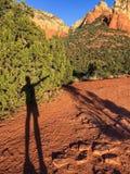 Una sombra señala la manera a las rocas del rojo de Sedona imagenes de archivo