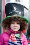 Una sonrisa del niño en el día de St Patrick s en Bucarest Fotos de archivo libres de regalías