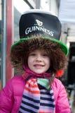 Una sonrisa del niño en el día de St Patrick s en Bucarest Imágenes de archivo libres de regalías