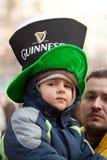 Una sonrisa del niño en el día de St Patrick s en Bucarest Imagen de archivo libre de regalías