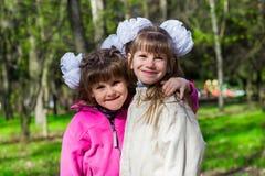 Una sorella divertente di due fratelli germani che abbraccia a vicenda mentre passeggiata in parco Divertendosi insieme, emozioni Immagine Stock Libera da Diritti