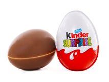 Una sorpresa más buena, huevos de chocolate que contienen un pequeño juguete para los niños Imágenes de archivo libres de regalías