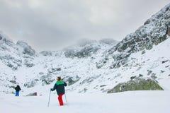 Una spedizione che va verso il picco di montagna in Bulgaria Fotografia Stock