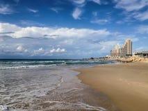 Una spiaggia di sabbia romantica sola con un mare verde e un cielo blu, Haifa, Israele Immagine Stock