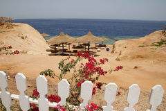 Una spiaggia dietro la rete fissa Fotografia Stock Libera da Diritti