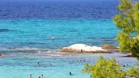 Una spiaggia greca gloriosa con una piccola roccia per tuffarsi area di Kavourotripes Halkidiki Grecia video d archivio