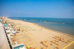 Una spiaggia in mare adriatico a Rimini, vista aerea dall'hotel immagini stock