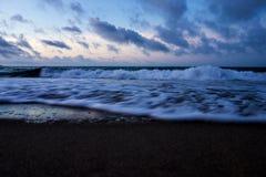 Una spiaggia nel primo mattino fotografia stock