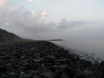 Una spiaggia in pieno delle rocce Immagini Stock Libere da Diritti