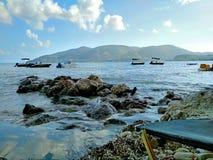 Una spiaggia pietrosa dal mare sull'isola Zacinto immagini stock