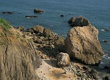 Una spiaggia rocciosa immagini stock libere da diritti
