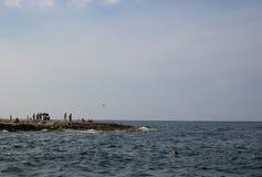 Una spiaggia rocciosa a Malta fotografie stock
