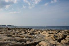 Una spiaggia rocciosa a Malta fotografia stock libera da diritti