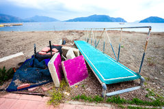 Una spiaggia sporca con immondizia sul mare Immagine Stock