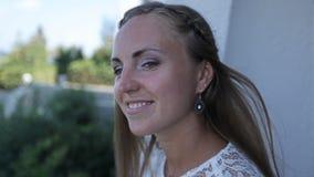 Una sposa felice sta aspettando in un hotel sulla costa del suo fidanzato stock footage