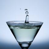 Una spruzzata da tre gocce di acqua sul vetro di Champagne. Immagine Stock Libera da Diritti