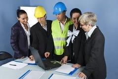 Una squadra dei cinque architetti nel funzionamento dell'ufficio Fotografia Stock Libera da Diritti