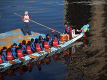 Una squadra di Dragonboat alla posizione di inizio Immagine Stock Libera da Diritti