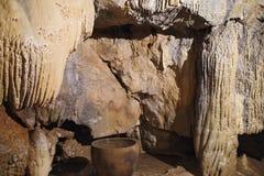 una stalattite nella caverna con un vaso immagine stock libera da diritti