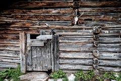 Una stalla della capra e delle pecore su un pascolo alpino austriaco Fotografia Stock Libera da Diritti