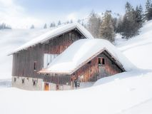Una stalla e un chalet vuoti e soli nelle alpi svizzere - 2 Fotografie Stock Libere da Diritti