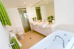 Una stanza da bagno moderna di lusso fotografia stock