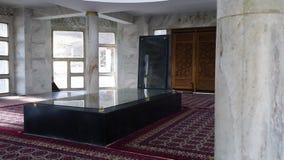 Una stanza delle colonne di vetro e di marmo stock footage