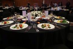 Una stanza meravigliosamente progettata di nozze e tavoli da pranzo o galà co Fotografia Stock Libera da Diritti