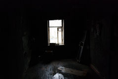 In una stanza nera nera Immagine Stock