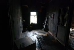 In una stanza nera nera Immagini Stock
