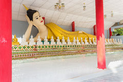 Una statua bianca di Buddha Fotografia Stock