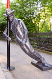 Una statua bronzea che descrive un uomo ubriaco immagini stock