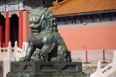 Una statua bronzea del leone nella Città proibita Fotografie Stock