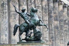 Una statua davanti al museo di Altes a Berlino, Germania Fotografia Stock Libera da Diritti