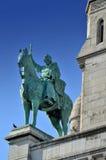Una statua davanti alla basilica del cuore sacro di Parigi Immagini Stock